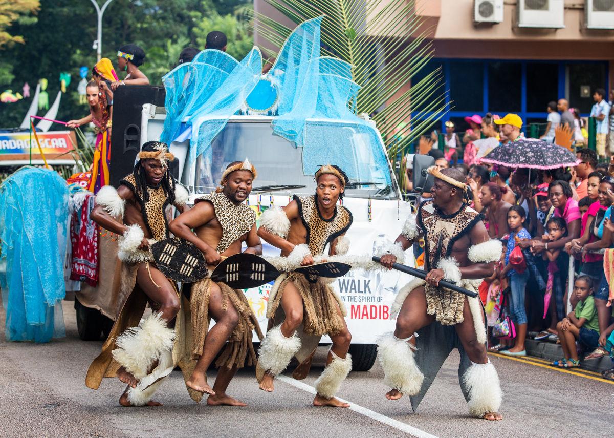 Victoria, Seychely  Zulu, afričtí tanečníci na karnevalu, Victorie