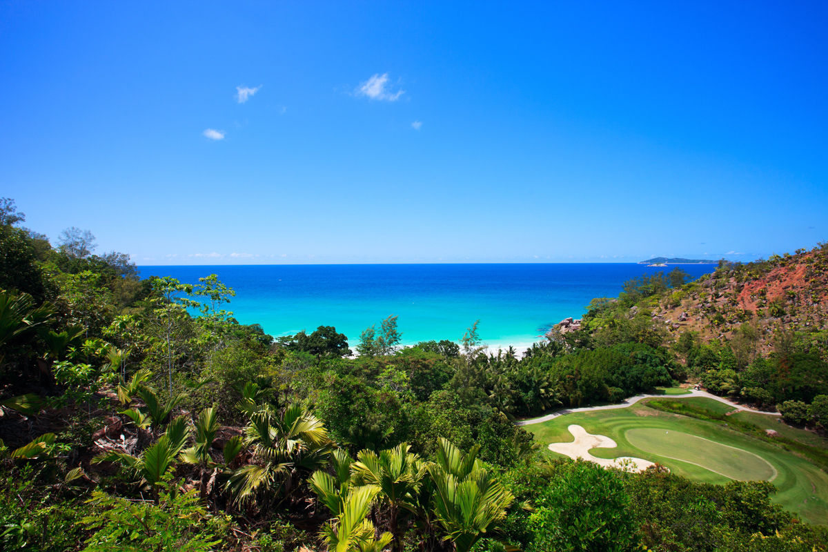 Tropická pláž a golfové hřiště na Seychelách
