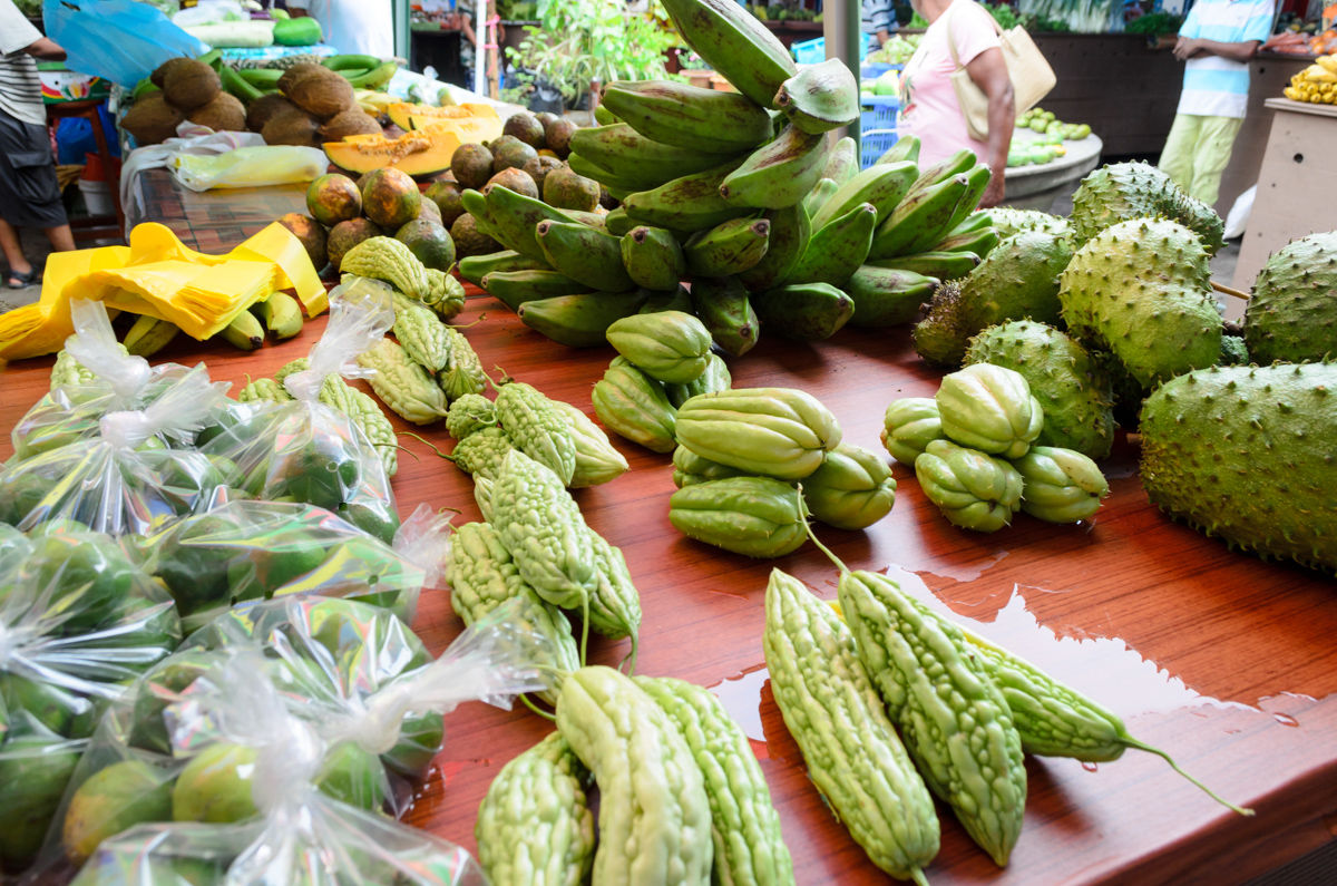 Victoria, Mahe, Seychely  Prodavači nabízí čerstvé ovoce a zeleninu na trhu Sir Selwyn Selwin Clarke ve Victorii.