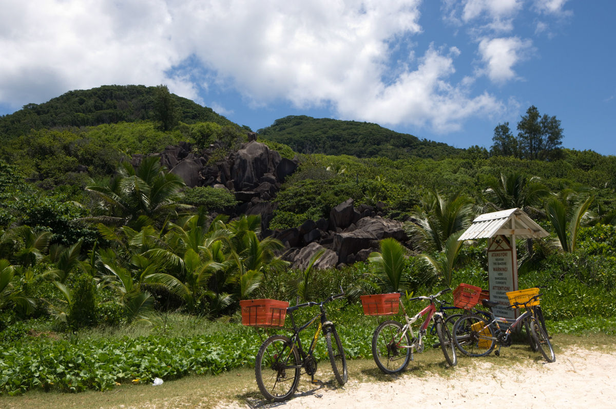 Bicykly na pláži Grand Anse, La Digue, Seychely