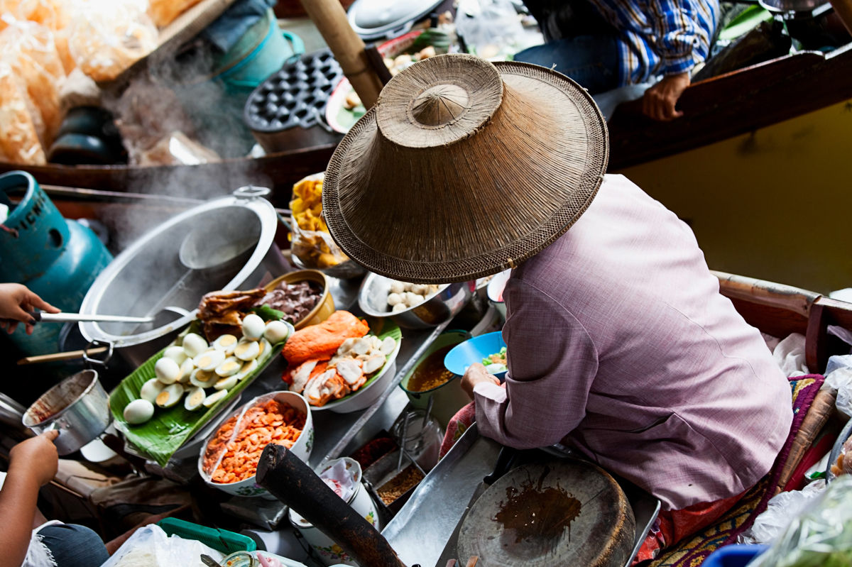 Plovoucí trh Damnoen Saduak nedaleko Bangkoku.