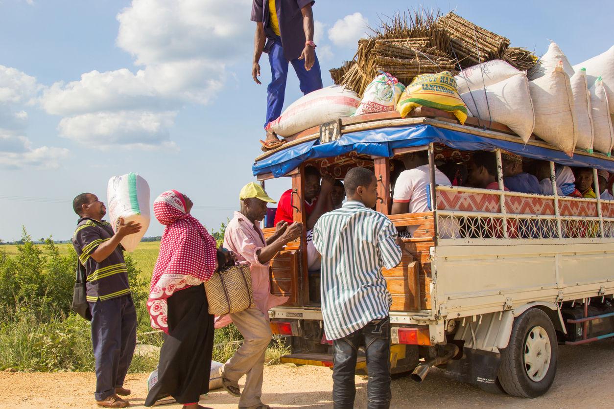 Zanzibar, Tanzania  červen 18, 2013: lidé nakládají náklad a zavazadla na střechu prostředku místní dopravy zvanému Daladala. Daladaly jsou levné přeplněné minibusy, které jsou na ostrově hojně provozovány./