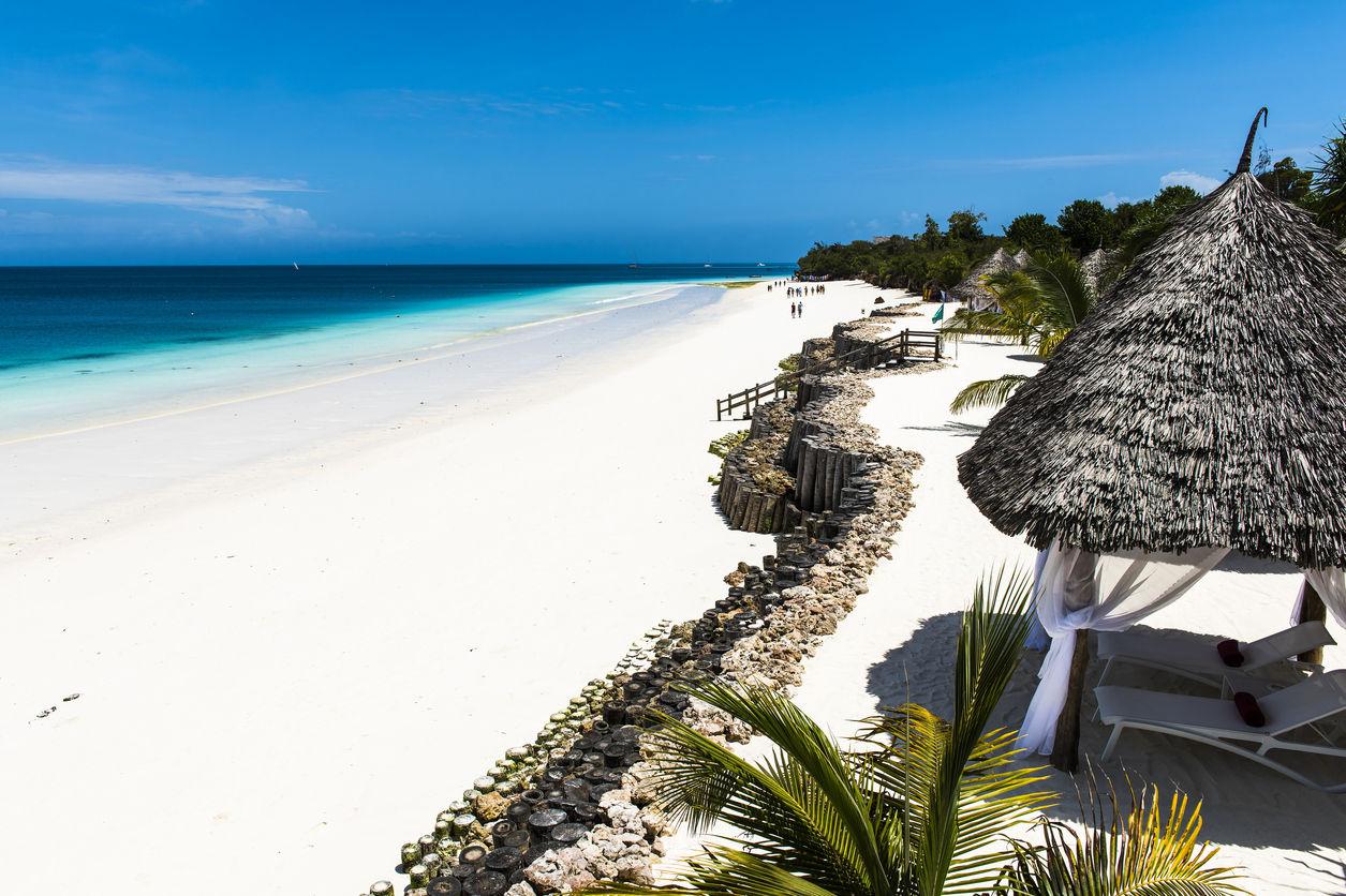 Nádherná pláž podél modrých vod Indického oceánu v Zanzibaru. Zanzibar je ostrov nacházející se blízko od pobřeží Tanzane  Afrika.