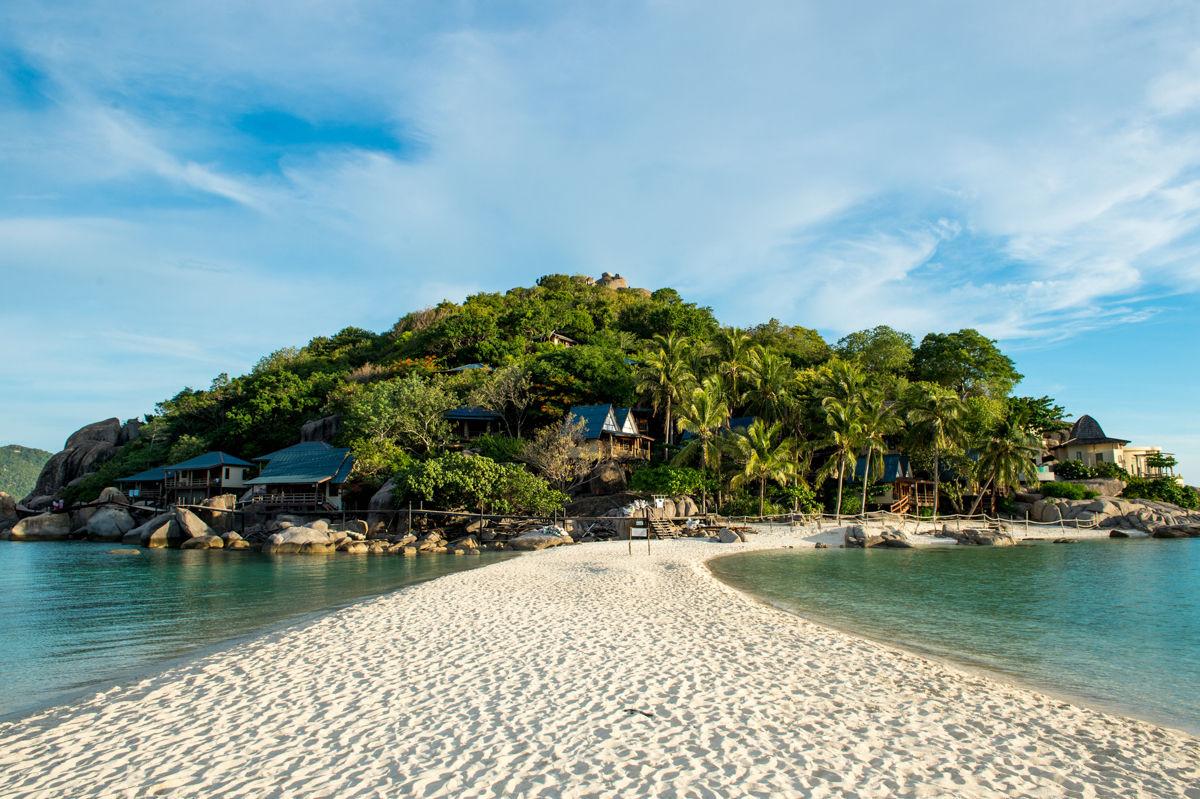 Krásná pláž s pískem a tyrkysovým mořem, Thajsko