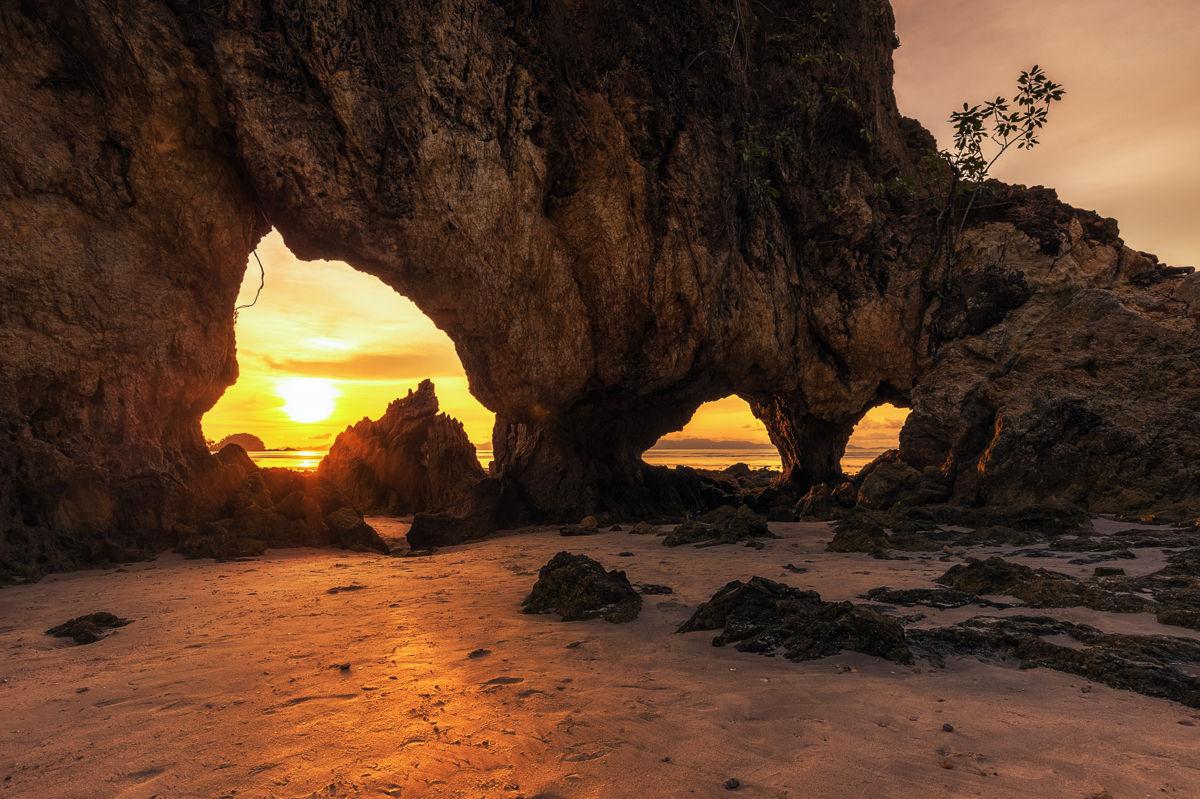 Západ slunce na ostrově Koh Phayam, Ranong, Thajsko.