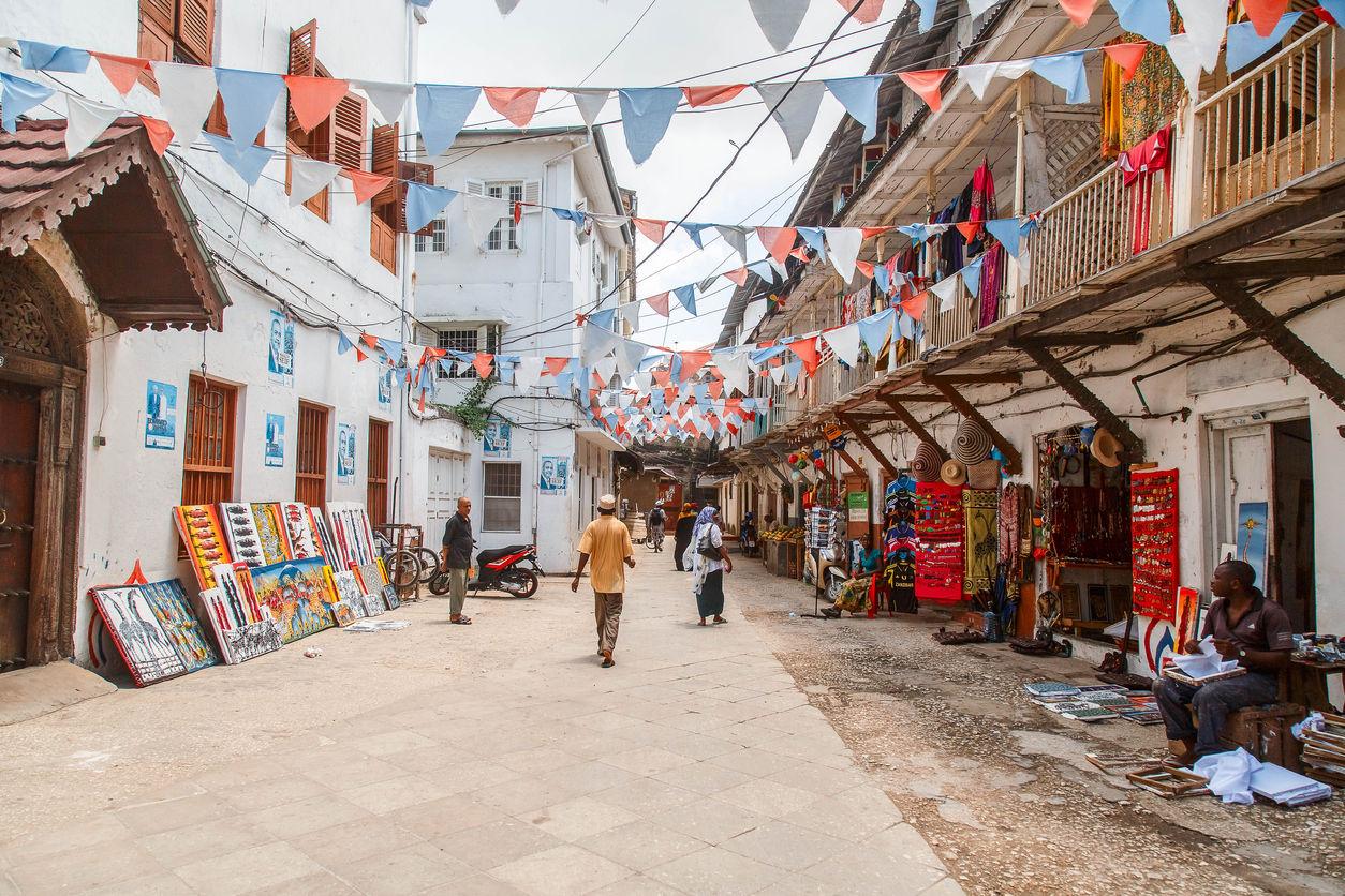 Stone Town: Místní lidé na ulici ve Stone Town. Stone Town je nejstarší čtvrť Zanzibar City, hlavního města Zanzibaru, Tanzánie/