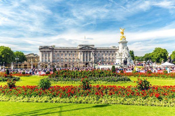 Buckinghamský palác a návštěvníci v letním období.