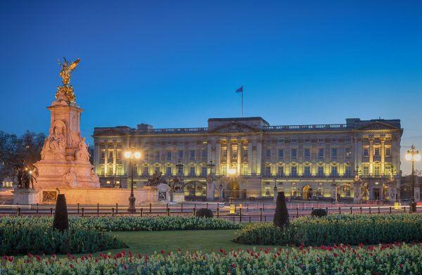 Buckinghamský palác za soumraku.