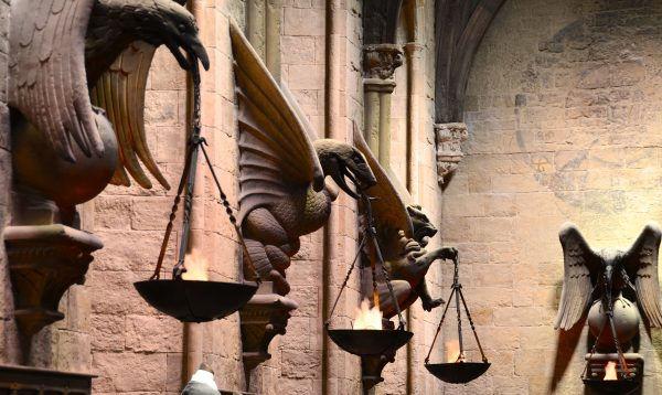 Nástěnné reliéfy v Hogwarts Great Hall