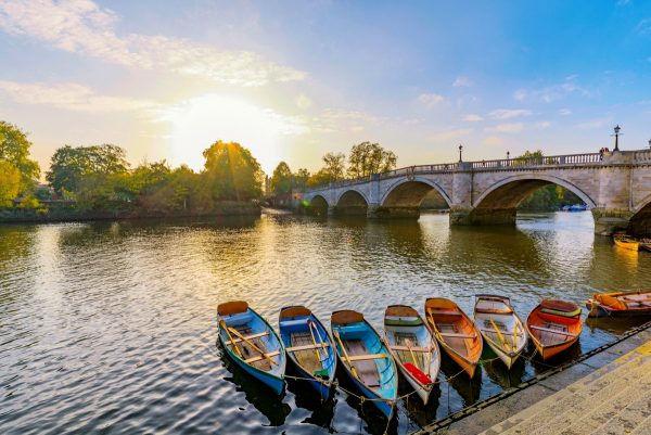 Temžské nábřeží Richmond s čluny v Londýně.