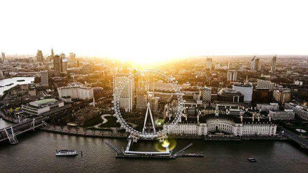 Londýn: Pohled na ikonu města, vyhlídkové Londýnské Oko na břehu řeky během svítání 9. dubna 2017 v Central City.