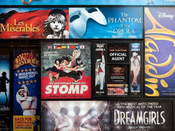 Sbírka divadelních plakátů na londýnské zdi