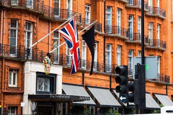 Exteriér viktoriánské architektury luxusního hotelu Claridge