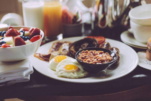 Tradiční anglická snídaně na podnosu.
