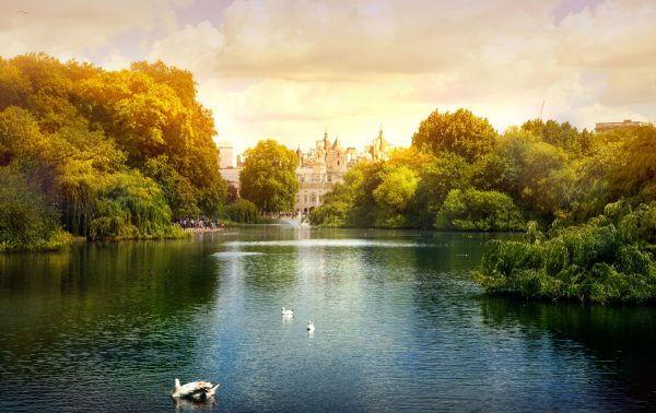 Londýnský park a jezero při západu Slunce.