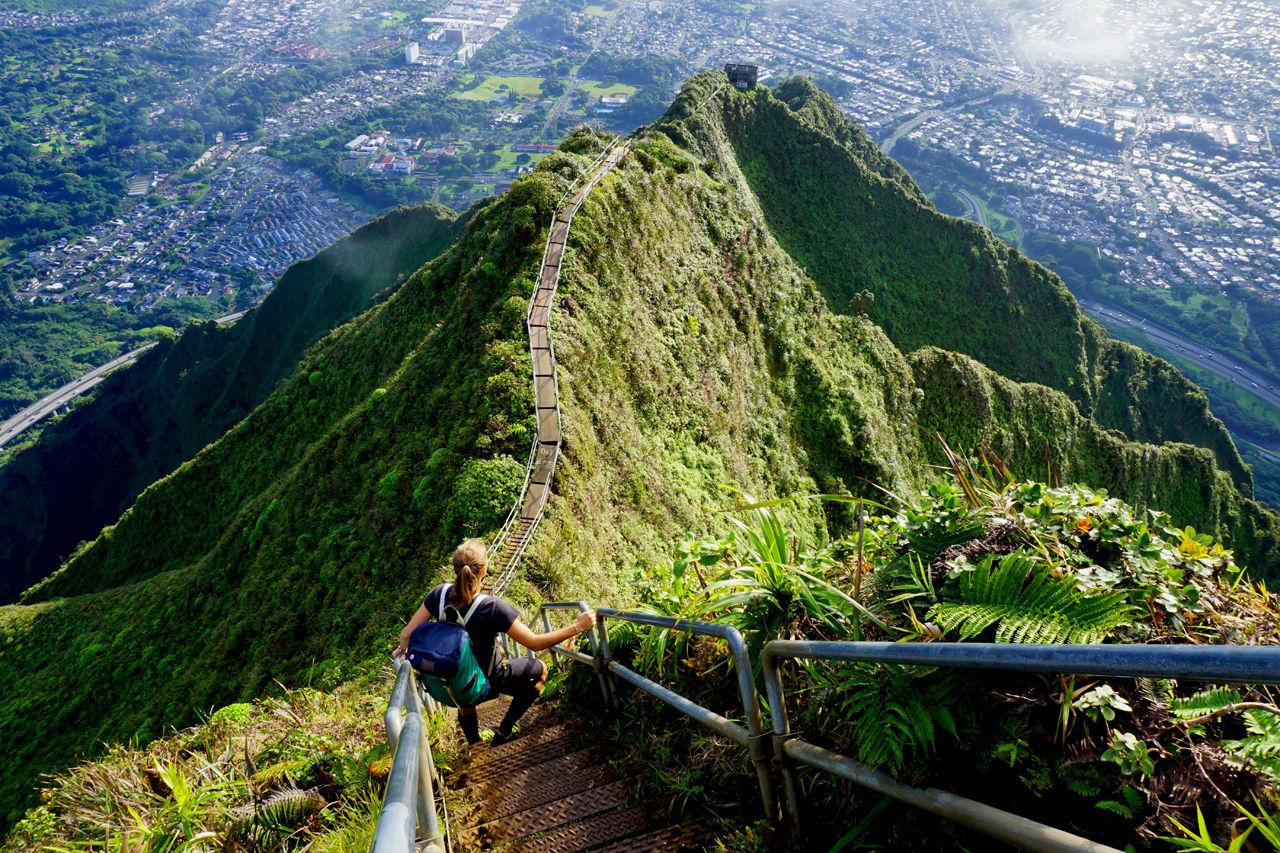 Jeden z nejkrásnějších trailů světa - Haiku Stairs na havajském ostrově Oahu.