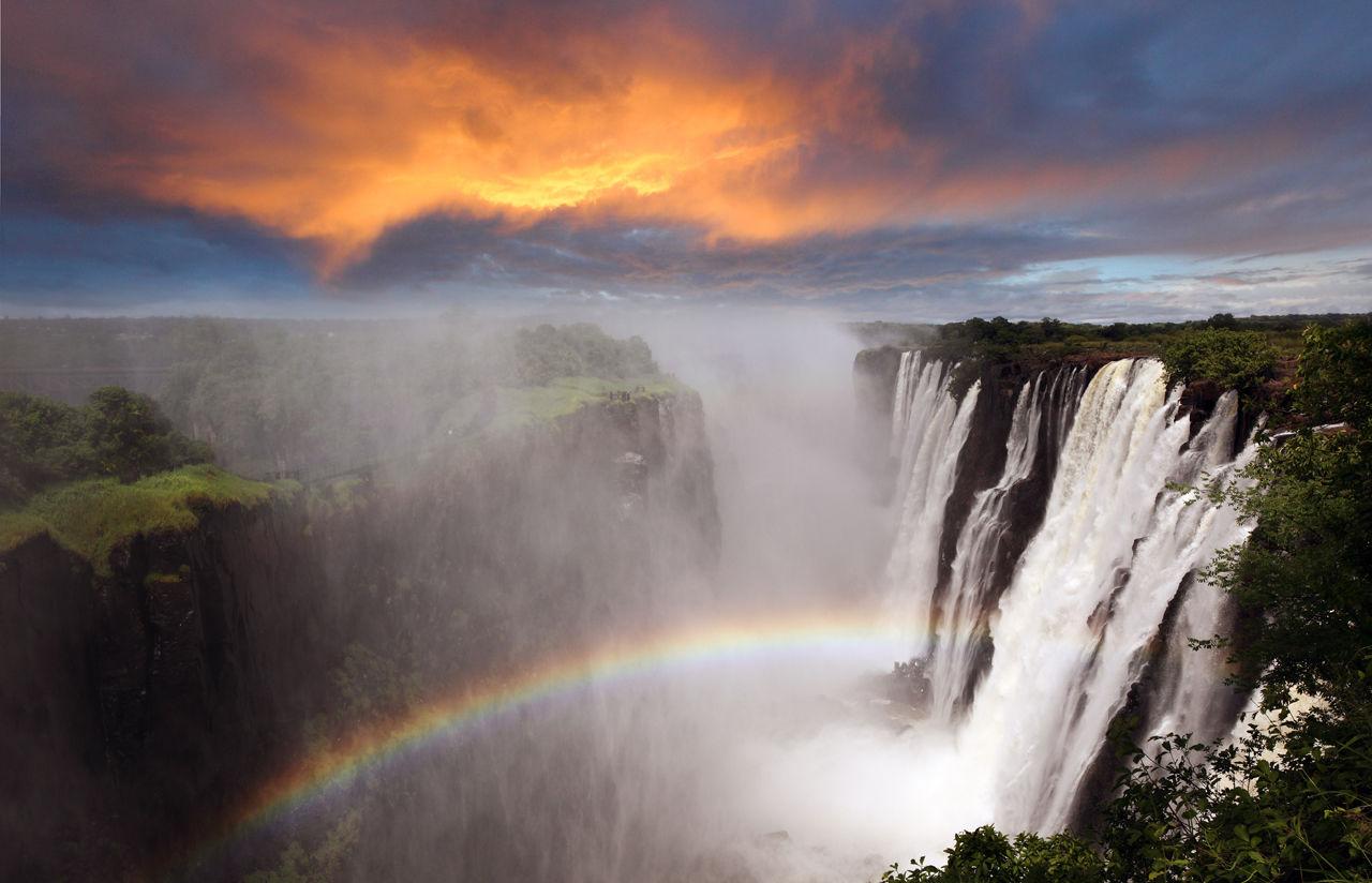 Fascinující podívaná. Viktoriiny vodopády v Zambii zdobí duha téměř každý den.