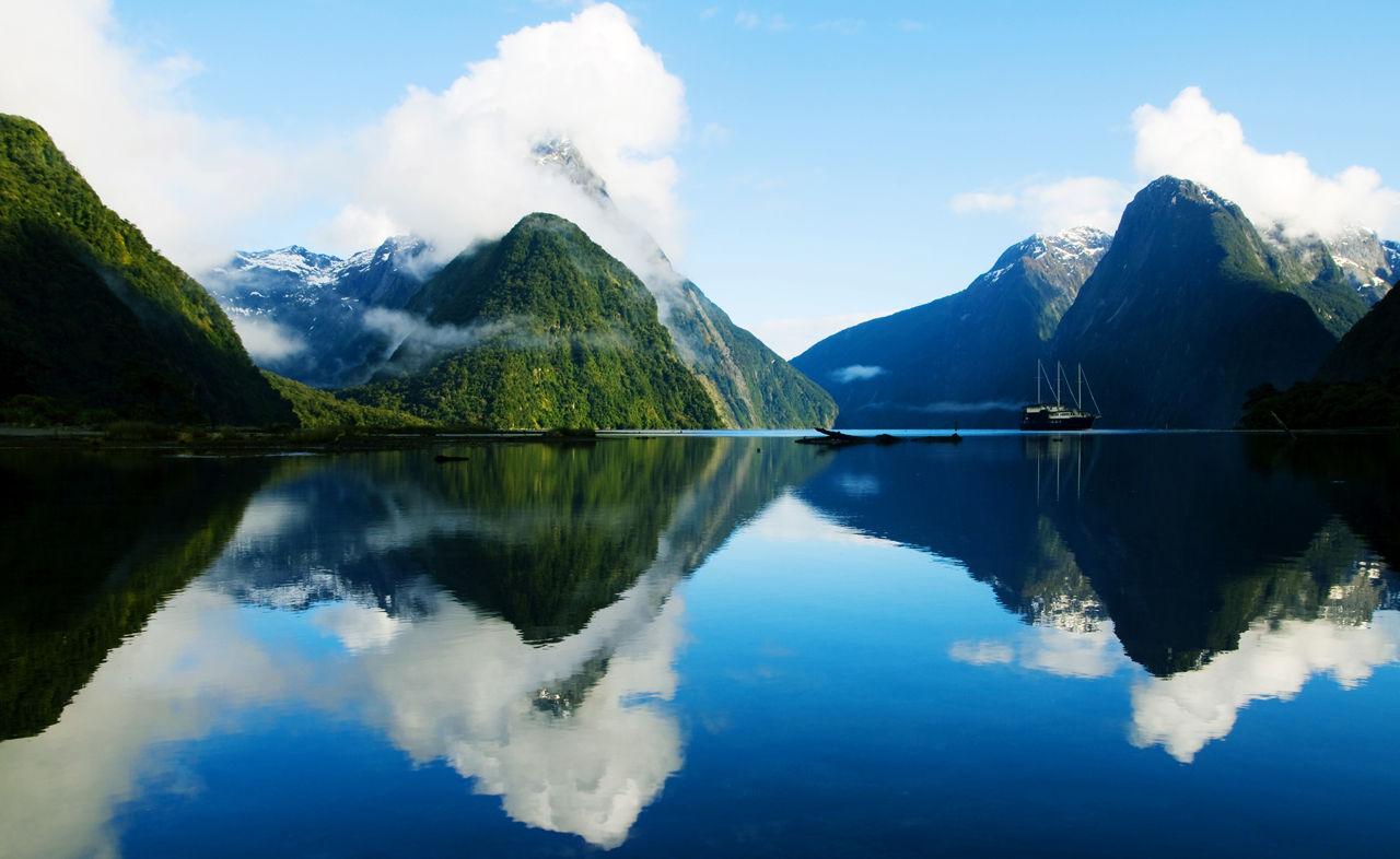 Fjord Milford Sound na Novém Zélandu je součástí národního parku Fiordland.